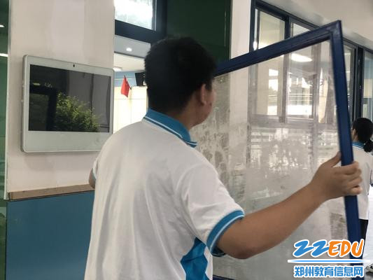 窗纱被拆下来清洗