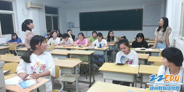 学前部主任赵颖与新生谈心