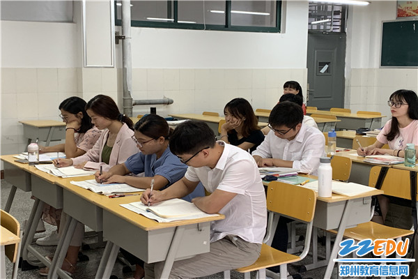 新教师们认真备课、研修