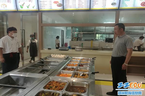 马海峰校长查看餐厅饭菜供应情况