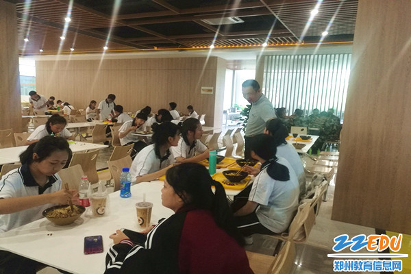 马海峰校长询问学生用餐情况