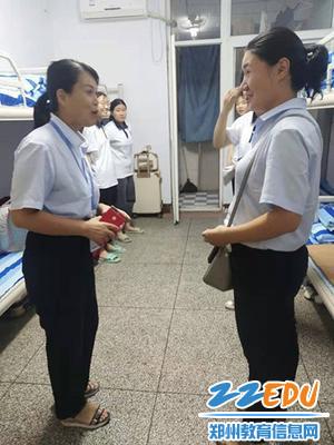 罗艳芳副校长与师生交谈