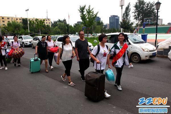 2.志愿者引导学生和家长有序进入学校