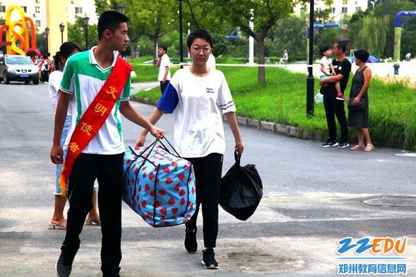 6.志愿者帮忙搬运行李