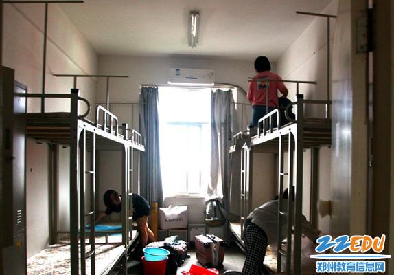 9.学生们整理宿舍卫生