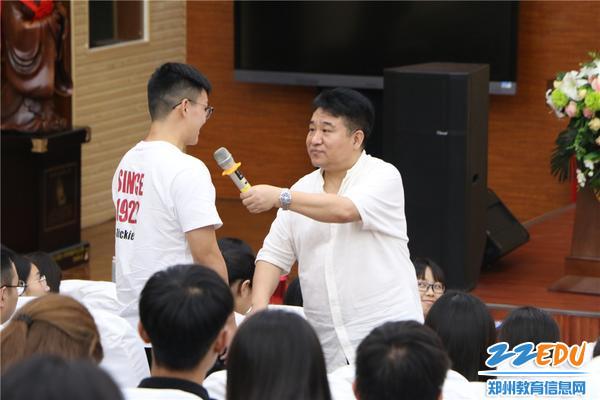 徐长青教授和新任教师互动