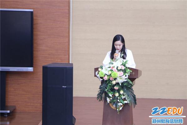 新任教师代表赵婕作表态发言