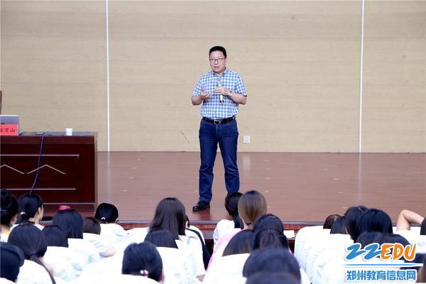 2.专家徐万山理论讲授:教师课程力与课程价值的实现