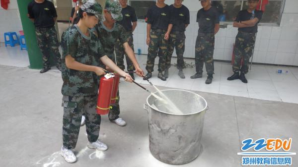 2.学习使用干粉灭火器