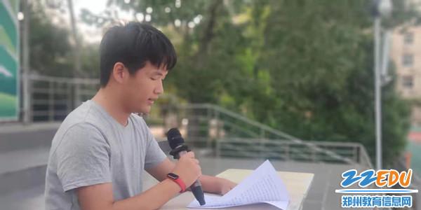 优秀毕业生周华健给学生分享经验_副本