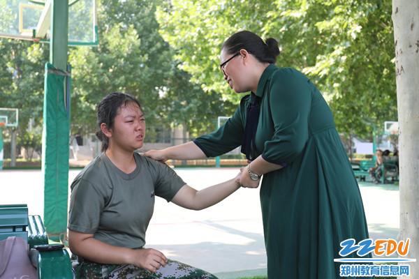 班主任老师鼓励伤痛学生