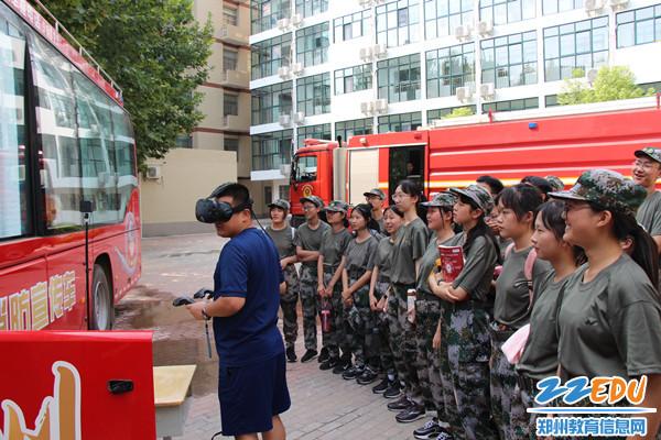 同学们通过VR火灾逃生演练系统进行模拟体验