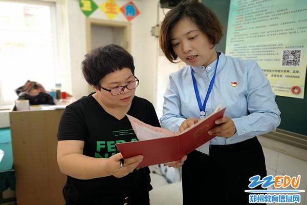 陇西小学:工作人员为家长耐心细致地答疑解惑3