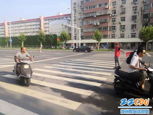 志愿者引导电动车走非机动车道