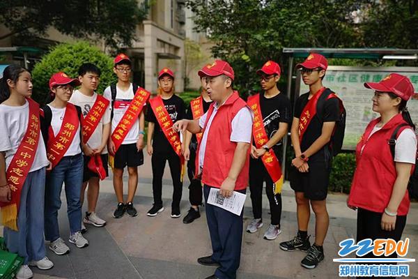 01 校党委吴建财书记与志愿者们沟通交流1