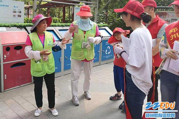 03 社区工作者向志愿者们讲解垃圾分类知识