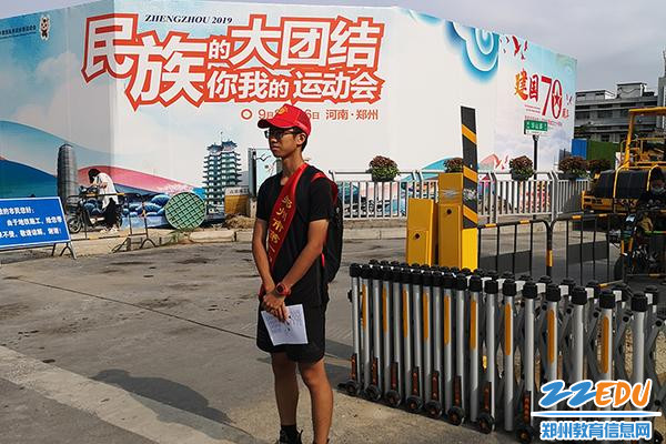 04 志愿者们在协助交警维护交通