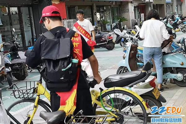 05  志愿者们在整理自行车队伍