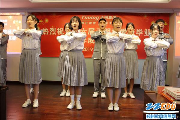 7音乐社成员送上小合唱《我们都是追梦人》