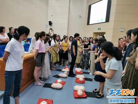 3.老师们在学习心肺复苏术