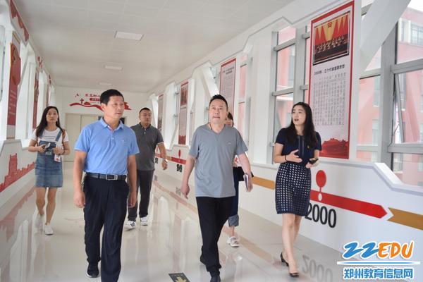 督导组一行在郑东新区龙翔初级中学查看民族团结长廊