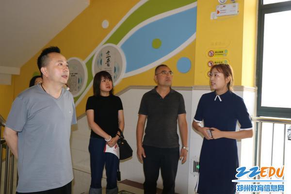 郑东新区龙翔小学的少数民族文化创意作品展吸引了督导组的目光