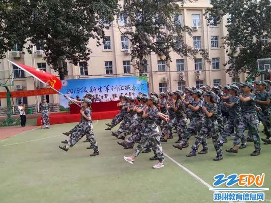 军训学生分列式表演