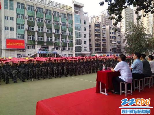 军训学生展示表演节目
