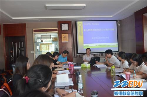 教务处副主任刘婷对新教师进行教学常规培训