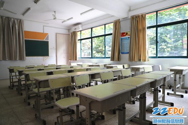 整洁的教室等着同学们的到来_副本