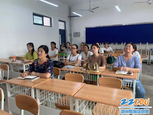 校长段亚萍参与英语学课研讨中1