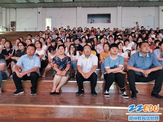 学校领导与全体教职工一起观看《黄大年》