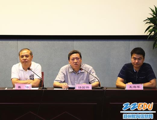 任国伟副校长(右二)介绍校园建设和校园安全