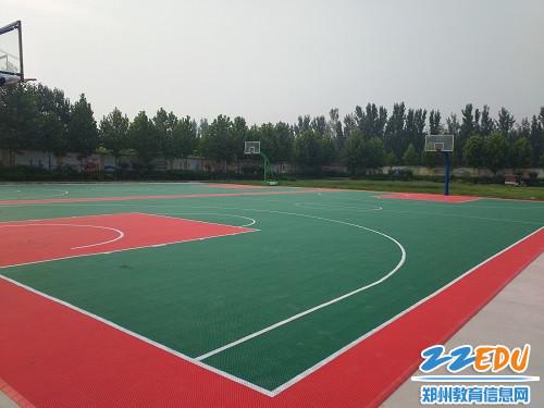 新篮球场地