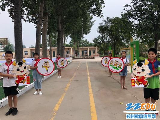 孙庄小学的志愿者和吉祥物中中迎接同学们的到来。_调整大小