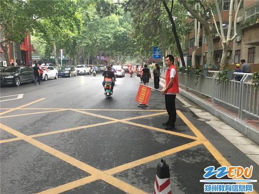 2幼儿园交通志愿者上岗