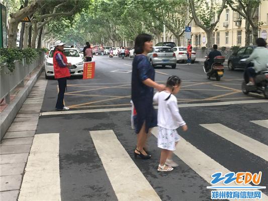 3妈妈带领下安全通过马路