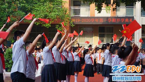 2.优胜路小学合唱团带着优美的声音纷至沓来,歌颂祖国,唱响《我和我的祖国》