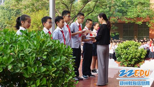 5.毛艳红副校长给暑假在球场上挥洒汗水,在赛场上绽放活力的运动健儿们颁奖