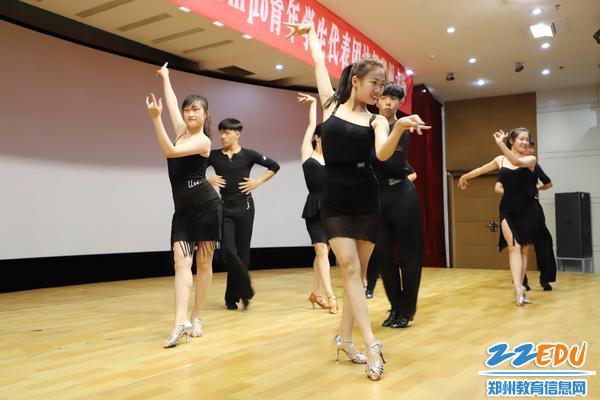 9郑州中学体育舞蹈班表演舞蹈