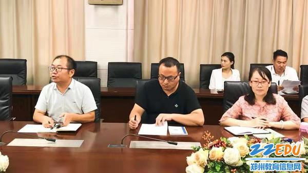 2年级主管主任韩清波、副年级主任巩建辉和赵凤芳参加理科教研会议