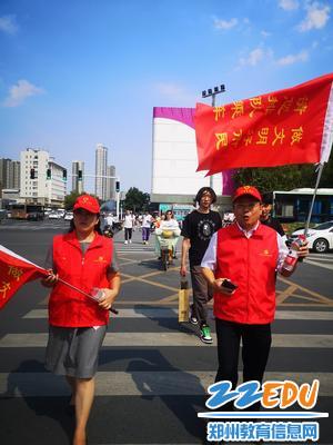 校长段亚萍、党委书记魏勇带领志愿者参与执勤