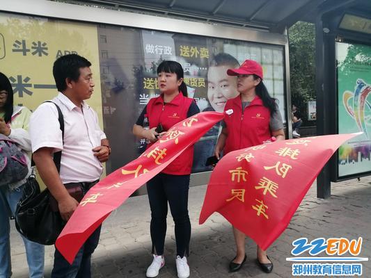 校长段亚萍、工会主席张恺耐心帮助行人解答问题