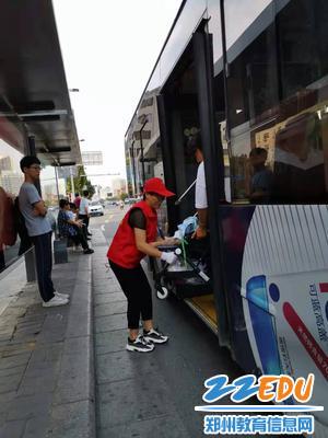 高一教师志愿者帮助行人搬运行李