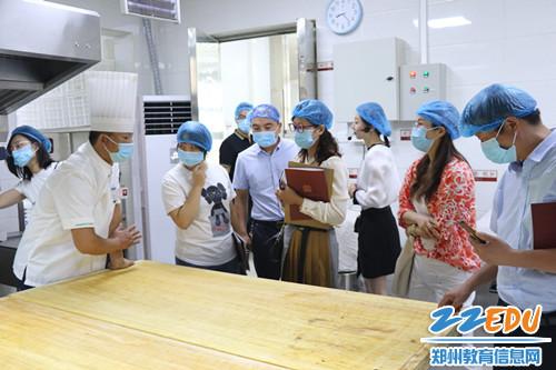 4.实地考察艺术小学宏康校区食堂操作区域
