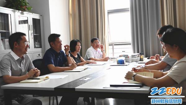 市教科所中心组共同研讨教育大会精神