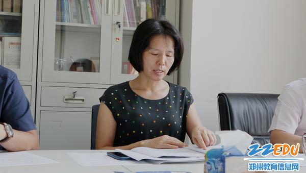 党支部副书记王艳荣带领各位学习探讨文件精神