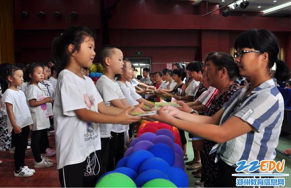 6.双桥小学家长赠书活动.JPG_调整大小