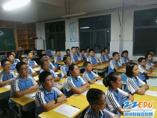 3.学生在认真观看《开学第一课》 (2)