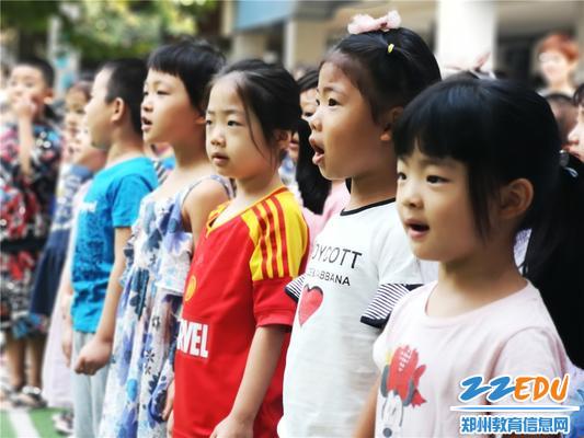 3孩子们庄严唱响国歌